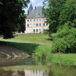 Vue sur le Château avec l'étang au premier plan